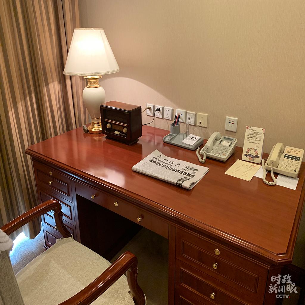 △宾馆房间里李延年的写字台。充满年代感的收音机和台历一尘不染。(央视记者沈忱拍摄)