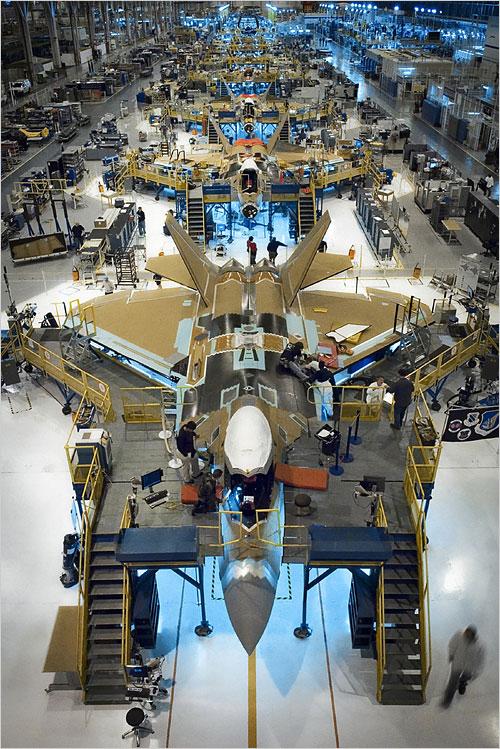 原料图片:美国洛马公司F-22隐身战机生产线。(图片来源于网络)