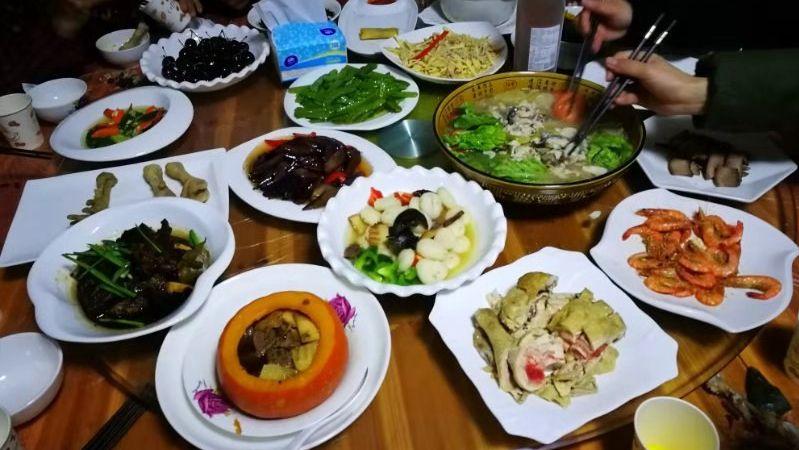 汤杏芬做了一桌子的美食在家中招待客人。受访者供图