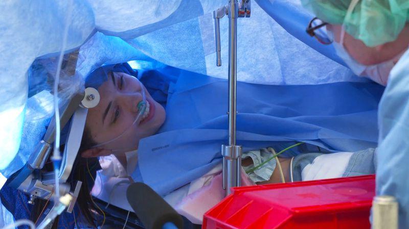 珍娜在手术过程中面带微笑(图:纽约邮报)