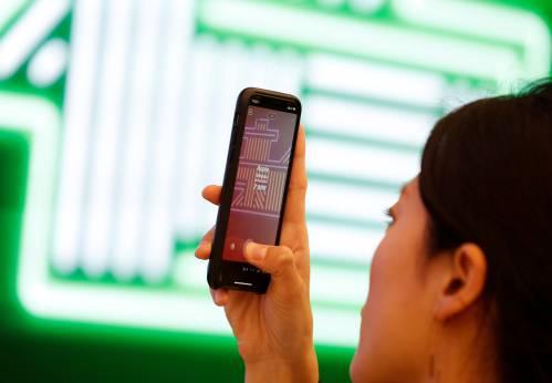 图为人们使用苹果手机。新华社/路透