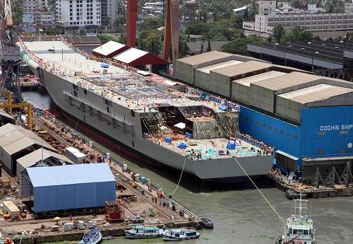 """原料图片:2013年8月12日,印度第一艘国产航母""""维克兰特""""号在印度南部港口科钦下水。新华社发"""