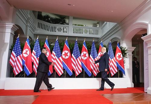 6月12日,朝鲜最高领导人金正恩(左)与美国总统特朗普在新添坡举走会晤。 新华社发