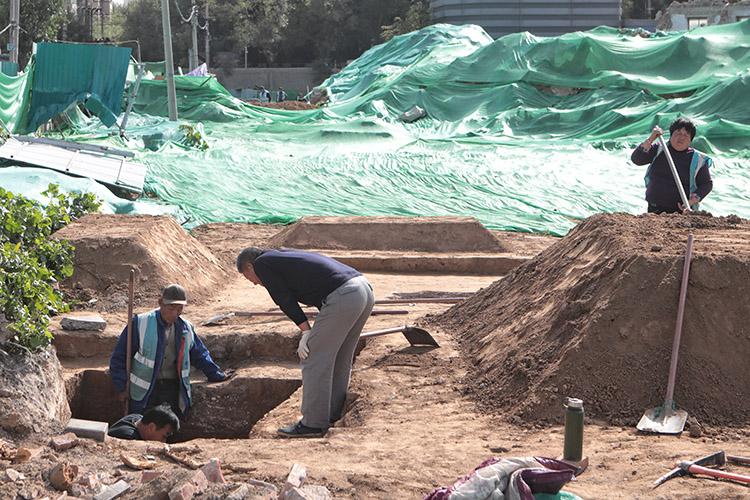 2019年10月20日,正在挖掘的古墓现场,考古工作人员正在忙碌。