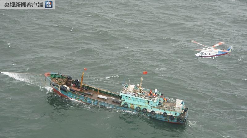 台风东海两渔船遇险 直升机出动4架次救船员30人