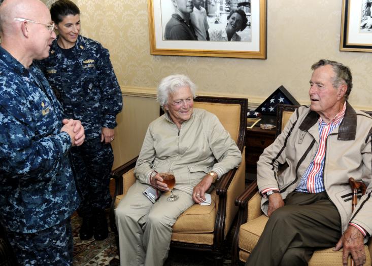 """老布什和芭芭拉,会见""""布什""""号航母上的水兵 图源:美国海军"""
