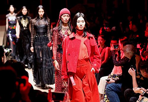 模特在2019上海时装周开幕秀上进行展示。新华社记者 任珑 摄