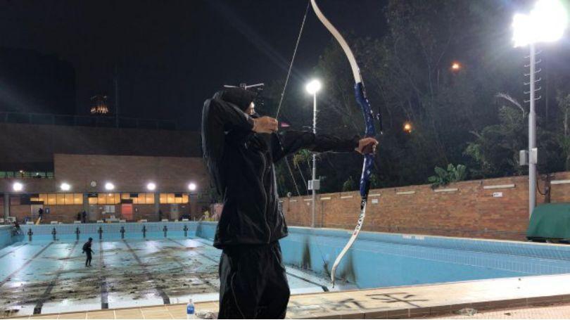 (暴徒在香港理工大学游泳池旁进行射击练习,图源:《明镜》周刊)
