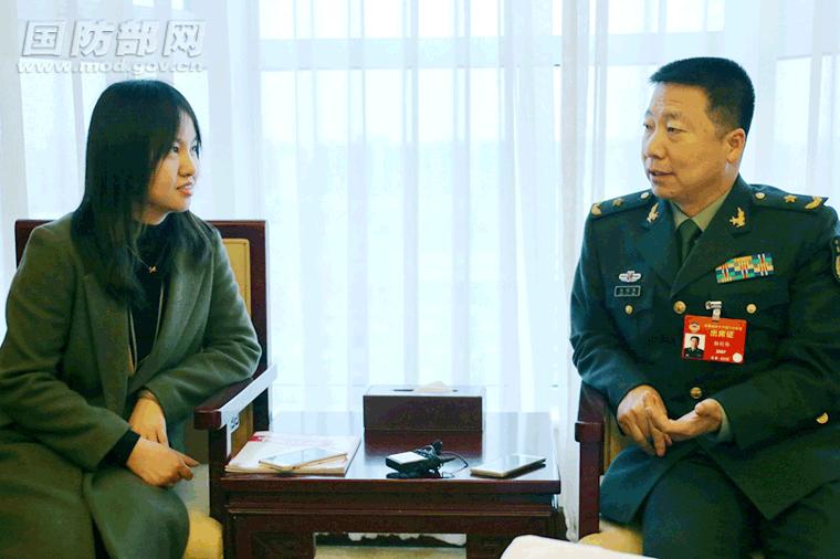 中国军网记者采访杨利伟委员。中国军网记者 孙智英 摄