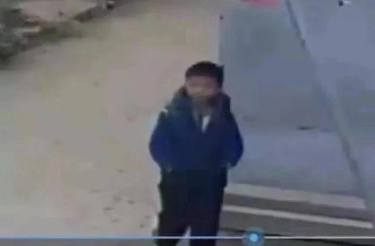 家门口监控显示的男童返回瞬间。视频截图