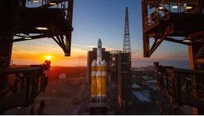 """8日,德尔塔IV型重型火箭在发射台(图片:洛杉矶""""ktla""""电视台网站)"""