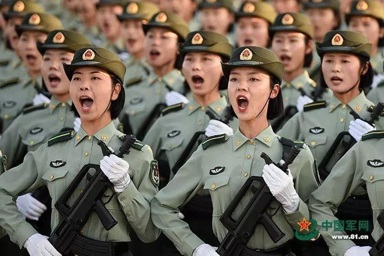 女兵队员正进行齐步换正步训练。热浪在水泥跑道上升腾,呼声在热血胸膛中迸发,她们高喊的口号响彻训练场。作者:尹威华 中国军网记者张硕 图片来源:中国军网