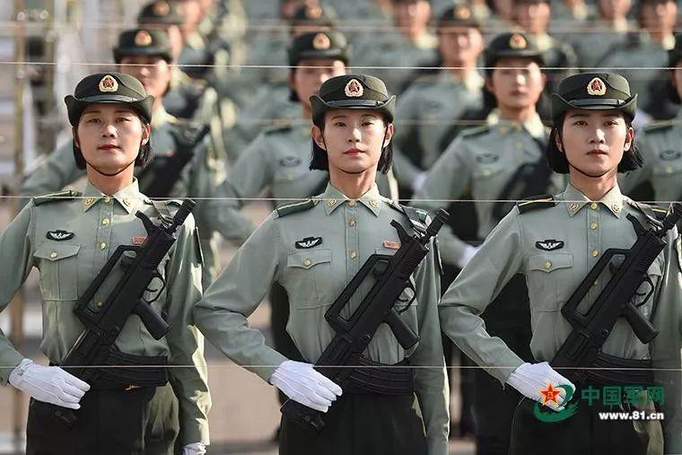 帽线、枪线、手线,线线笔直。阅兵场如战场,只求胜利不问性别,严苛的训练标准一视同仁。作者:尹威华 中国军网记者张硕 图片来源:中国军网