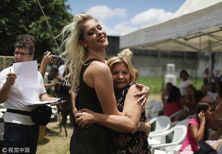 别名赛赛选手在赛后与母亲紧紧抱在一首。图片/视觉中国