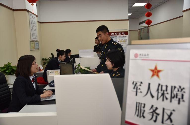 武警保障卡_重磅!4月1日起,全军和武警部队换发第二代军人保障卡 后勤 ...