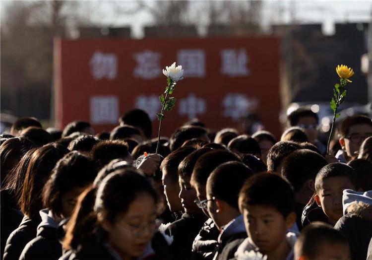 第五个国家公祭日首?#20960;?#30028;代表在抗战馆参加悼念活动