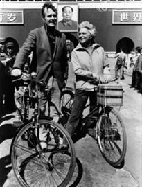 老布什和妻子骑自走车游北京。