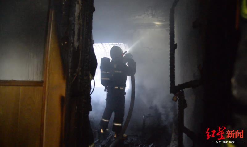 消防员扑灭明火