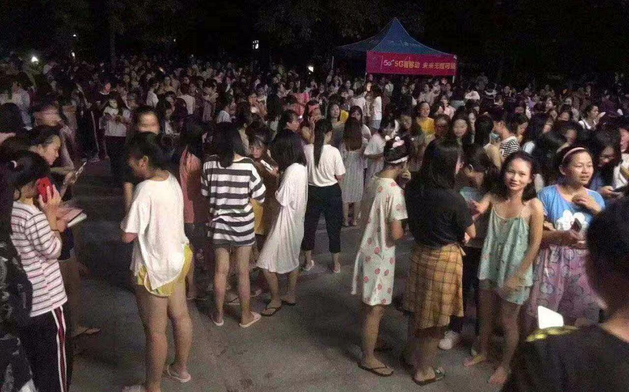 今日凌晨,北流临近的陆川县群众到广场避险。受访者供图