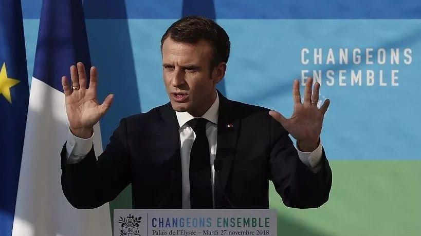 """▲当地时间2018年11月27日,法国总统马克龙出席生态会议谈""""黄马甲""""抗议行动,呼吁商议解决题目。图片来源:视觉中国"""