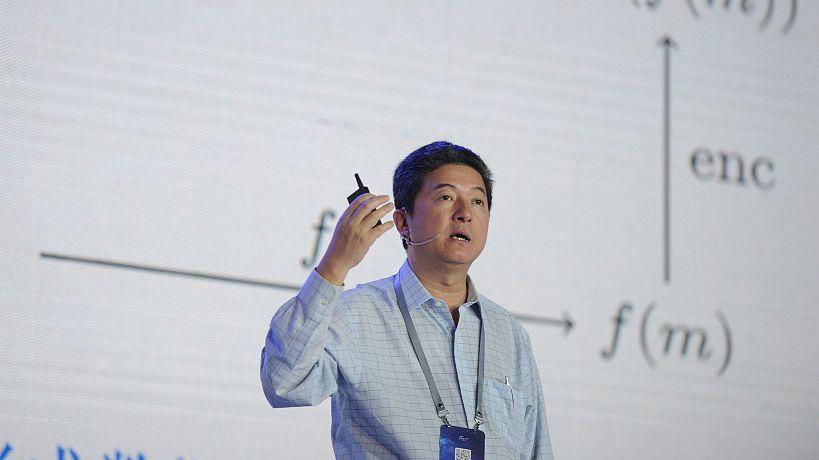 ▲张首晟在复旦大私塾史馆前留影。图片来自新京报网。