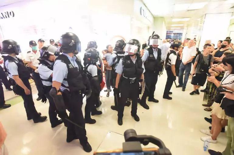 香港警方到场维持秩序。图源:港媒