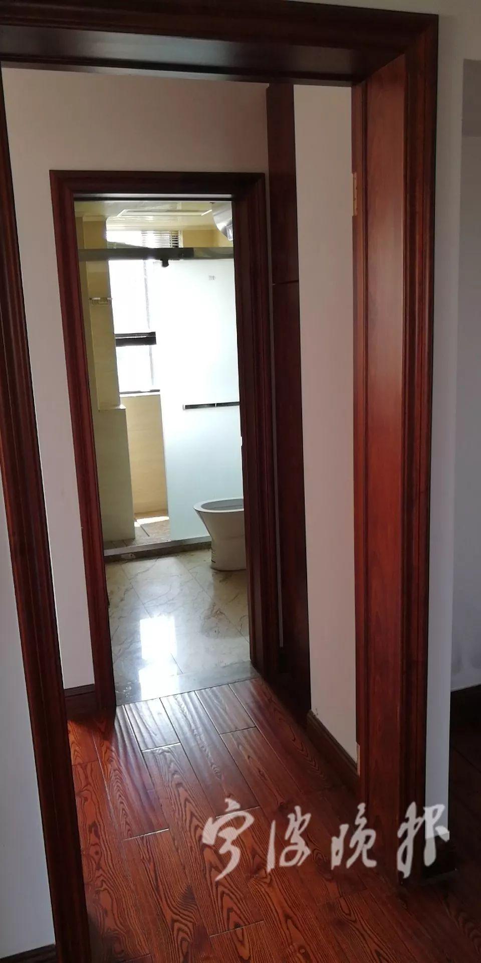 站在卧室里,可以看见淋浴房的动态