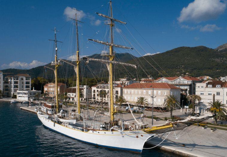 """▲9月6日,""""亚得里亚""""号训练舰停泊在黑山蒂瓦特港。(美联社)"""