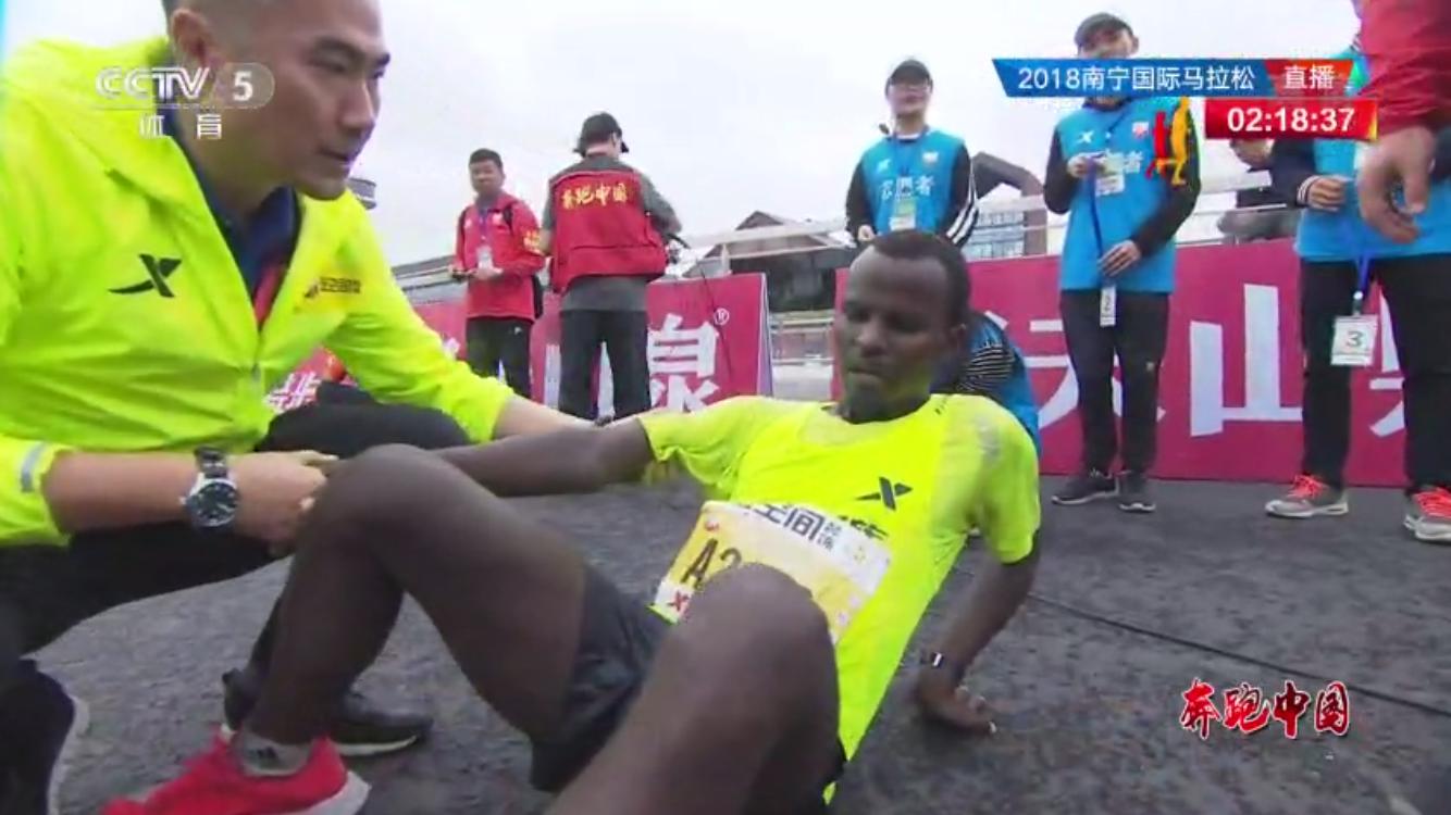 选手瘫坐在地上。视频截图