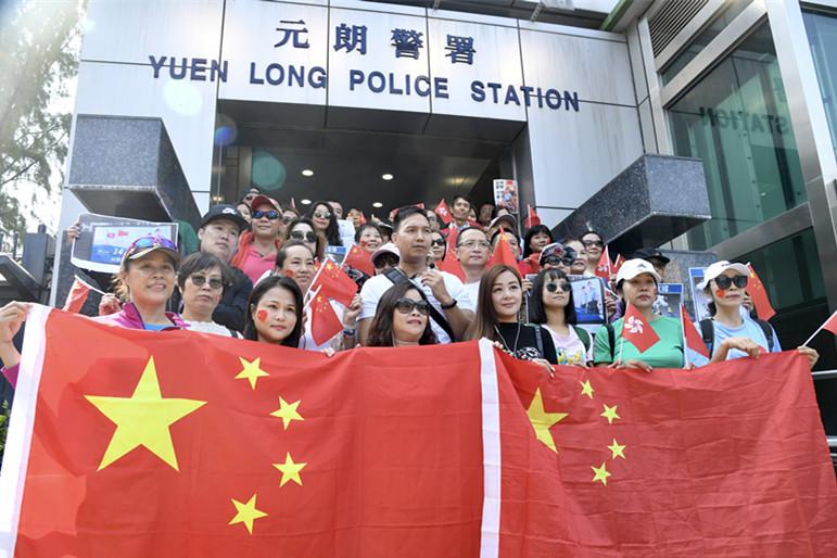 香港市民发起暖港行动:阿Sir放心 14亿同胞挺你