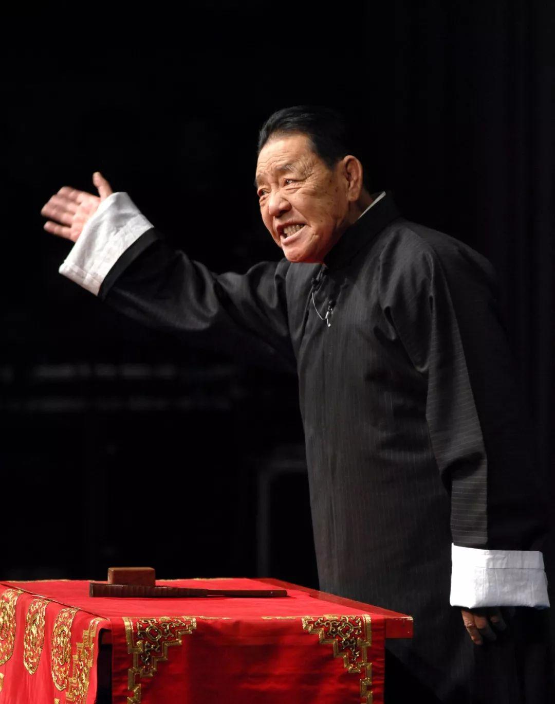 2010年1月9日,著名评书外演艺术家单田芳在贺岁舞台剧《乌盆记》中外演评书《七侠五义》选段。新华社发(赵惠祥 摄)