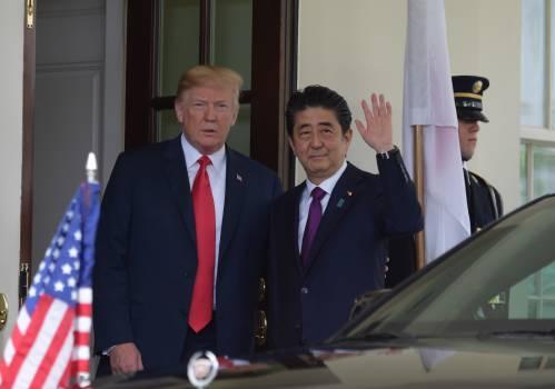 图为美国总统特朗普(左)与日本首相安倍晋三。新华社