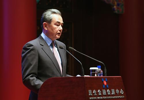 2018年12月11日,国务委员兼交际部长王毅出席由中国国际题目钻研院、中国国际题目钻研基金会在京举办的2018年国际现象与中国交际钻研会开幕式并发外演讲。图片来自交际部网站