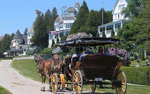 麦基诺岛当地人通常会会坐马车、步行或是骑自行车出行(图源:GETTY)