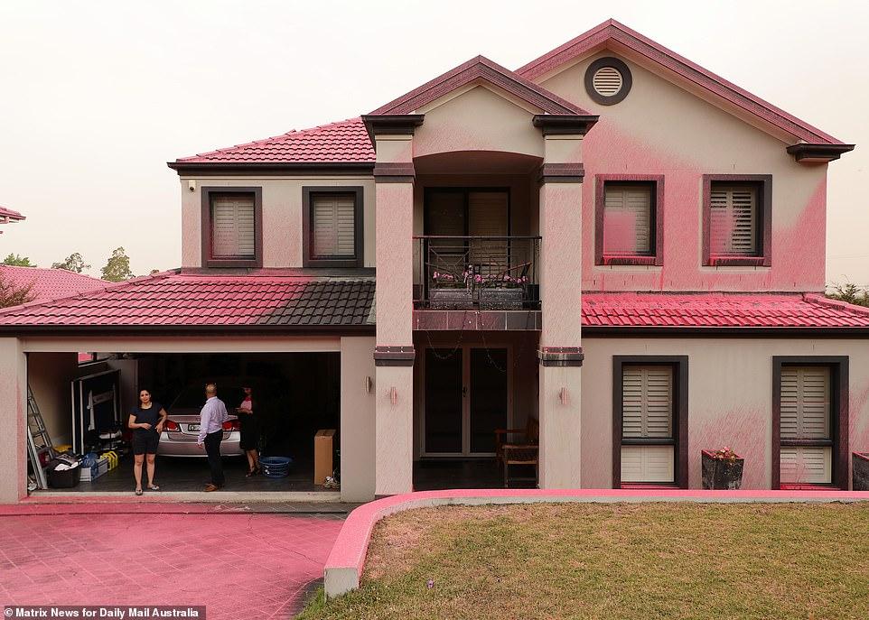 房屋都被喷上了粉色阻燃剂(每日邮报)