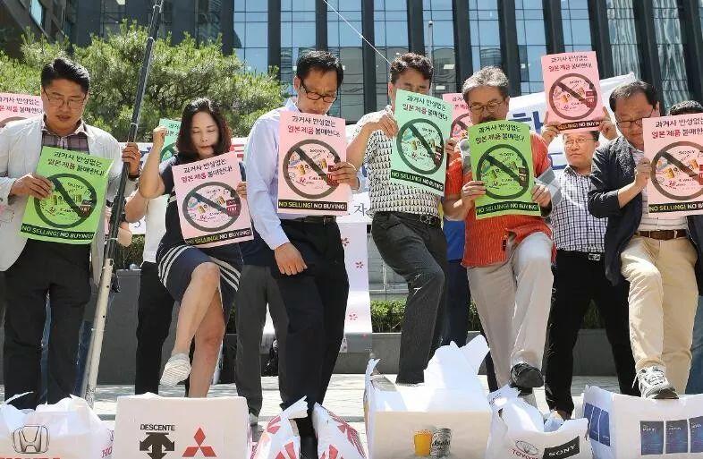 """日本宣布将韩国移除""""白名单国家""""后,韩国社会掀起抵制日货运动。"""