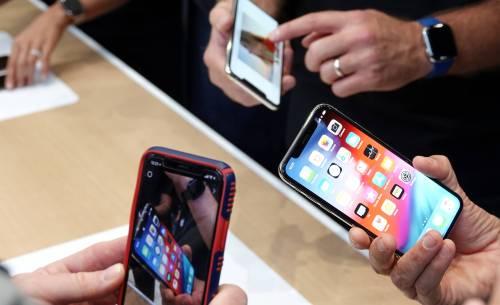 图为人们体验苹果手机。新华社