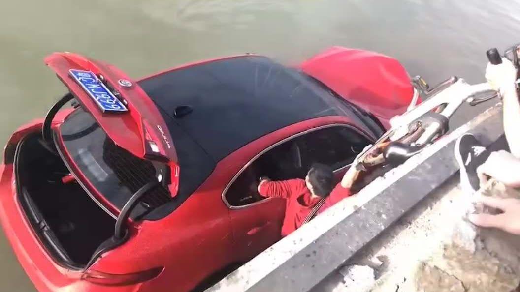 现场群众下海将女司机吴某救出。视频截图