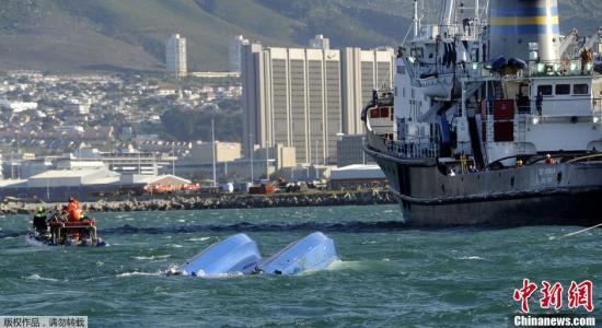 原料图片:南非开普敦胡特港湾,一艘游客不益看光船遭遇大风,在幼羚羊岛附近翻船,声援人员在失事附近海域和码头上拯救遇难船只上的幸存者。