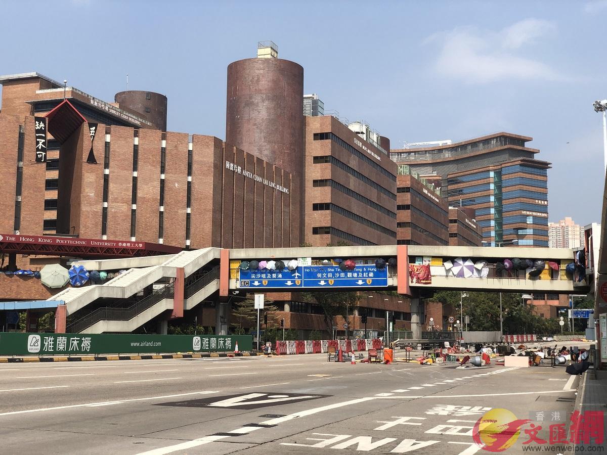 警方形容暴徒的行为向恐怖主义又走近一步。图为暴徒在香港理工大学天桥向下投掷杂物封锁过海隧道。(大公文汇全媒体记者摄)