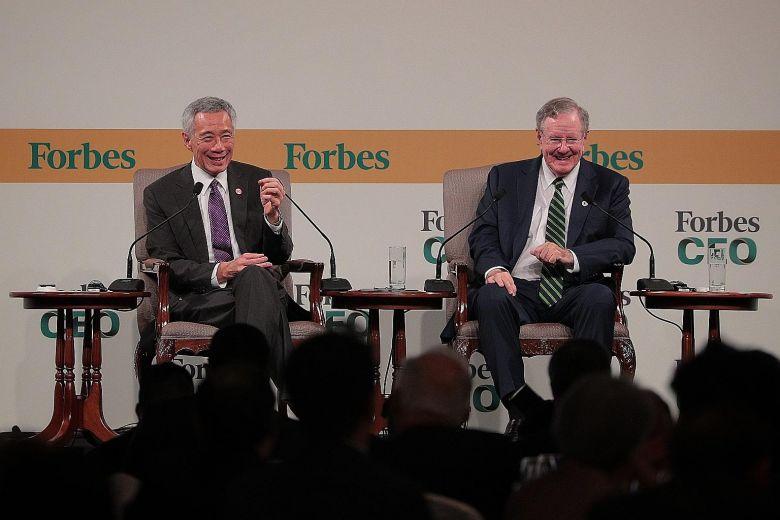 李显龙(左)昨日出席福布斯全球总裁会议。图:straitstimes.com
