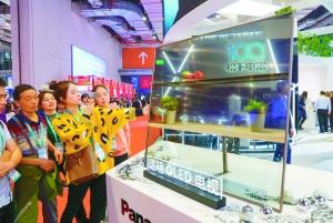 11月6日,首届中国国际进口博览会上,观众在了解松下透明OLED电视。 新华社图