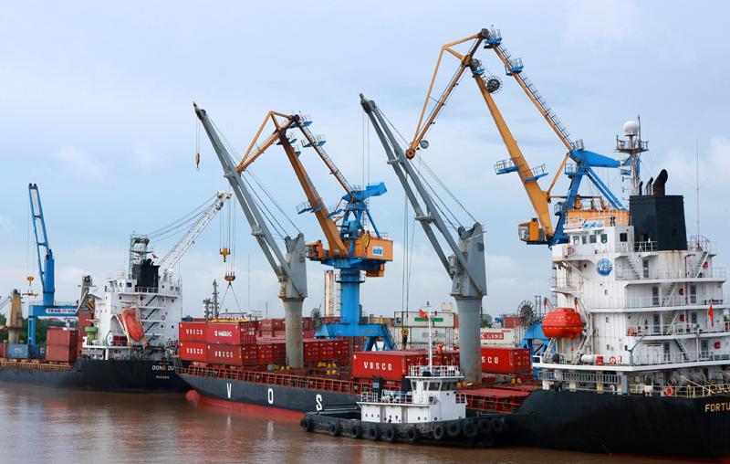 正在越南海防港装卸的货物