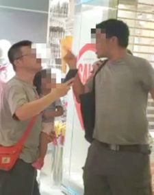 唱国歌男子疑在现场与人发生口角(视频截图)