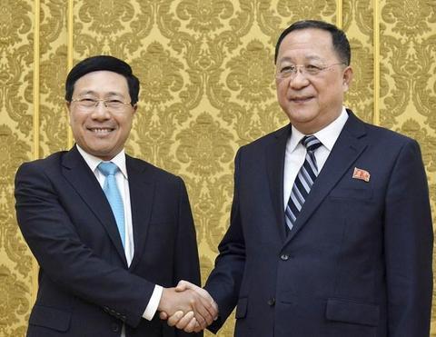 朝鲜外相李勇浩与越南副总理兼外长范平明微笑合影。(图源:韩联社)