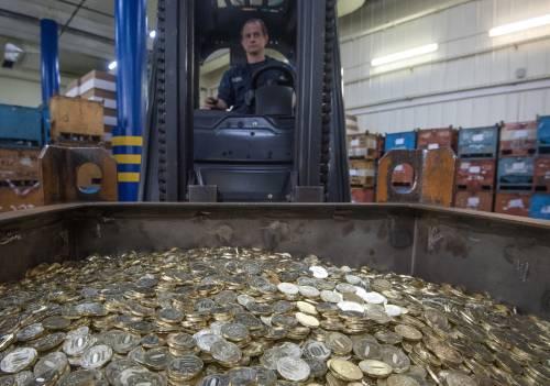 在俄与欧亚经济联友邦家的进出口贸易中,已别离有30%和70%操纵卢布结算。图为莫斯科造币厂的工人将制作好的10卢布硬币运出。(原料图片)
