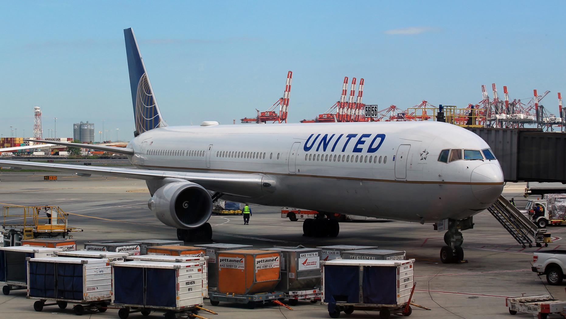 美联航航班出现故障后被迫返航 图源:福克斯新闻网