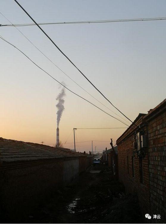 在向家营村里就能望到化工厂的烟囱