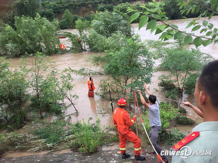 凤县:暴雨致河水暴涨多人被困 警民联手开展营救