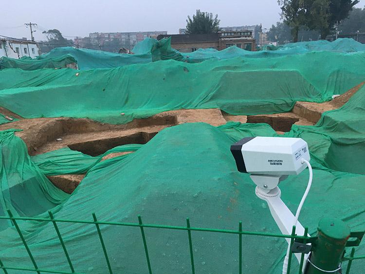 2019年10月20日,挖掘古墓区域内装了监控摄像头。